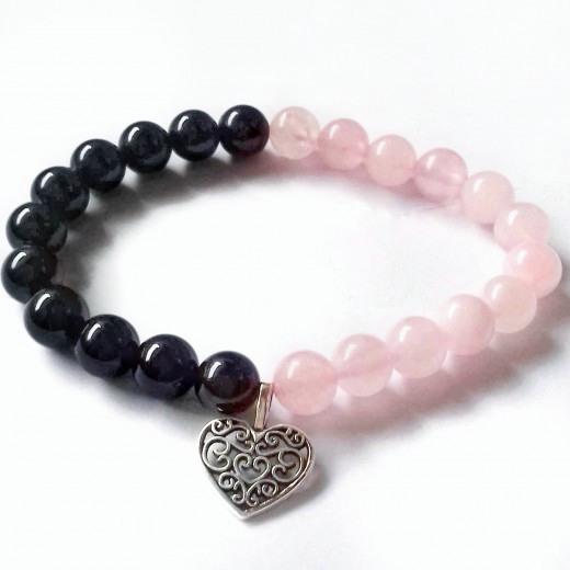 Rózsakvarc - ónix karkötő szív medállal