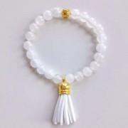 Tejkvarc karkötő arany gyönggyel, fehér bojttal