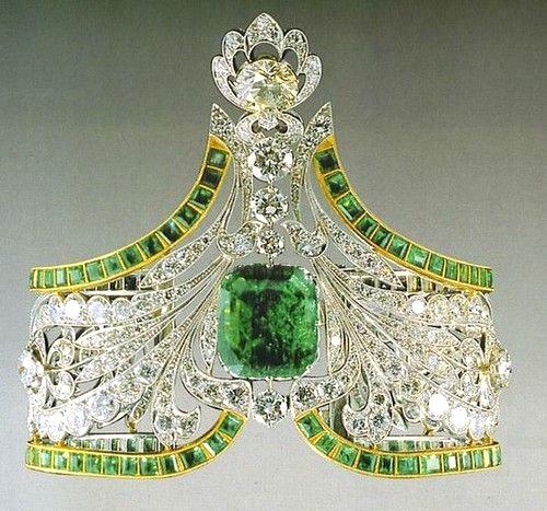 Az orosz királyi korona közepén smaragddal